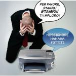 uomo scoraggiato di fronte a stampante bloccata - stampante inceppata - sistema di stampa